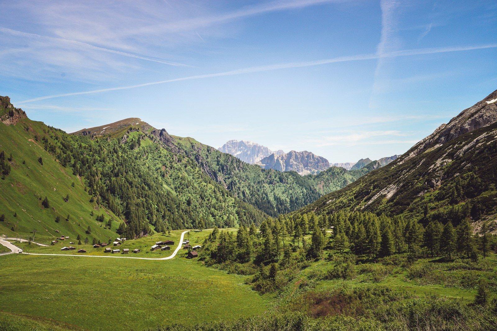 Village perdu dans les montagnes Dolomites