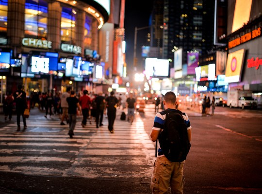 Jeune homme vers Times Square