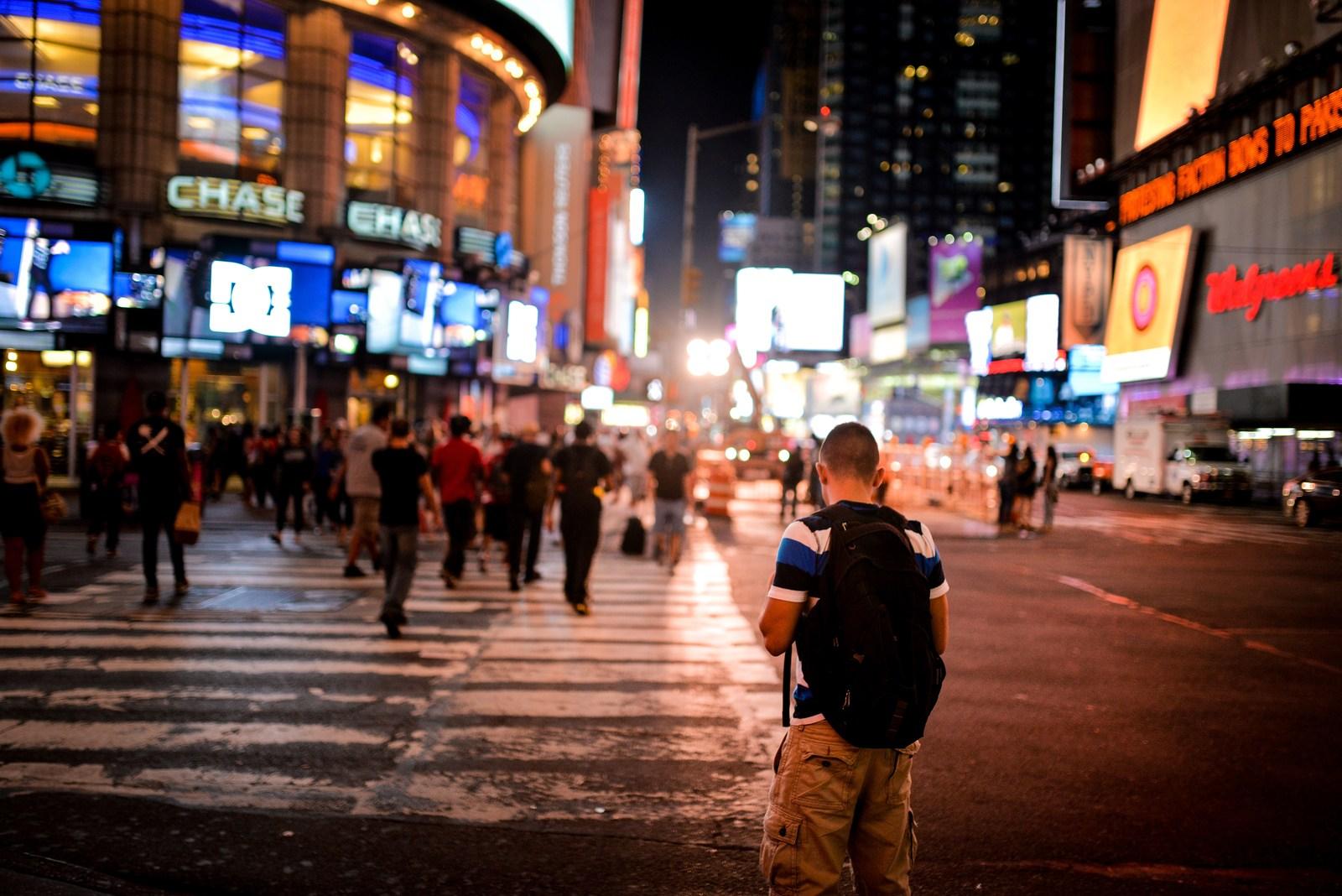 Jeune homme vers Times Square Manhattan