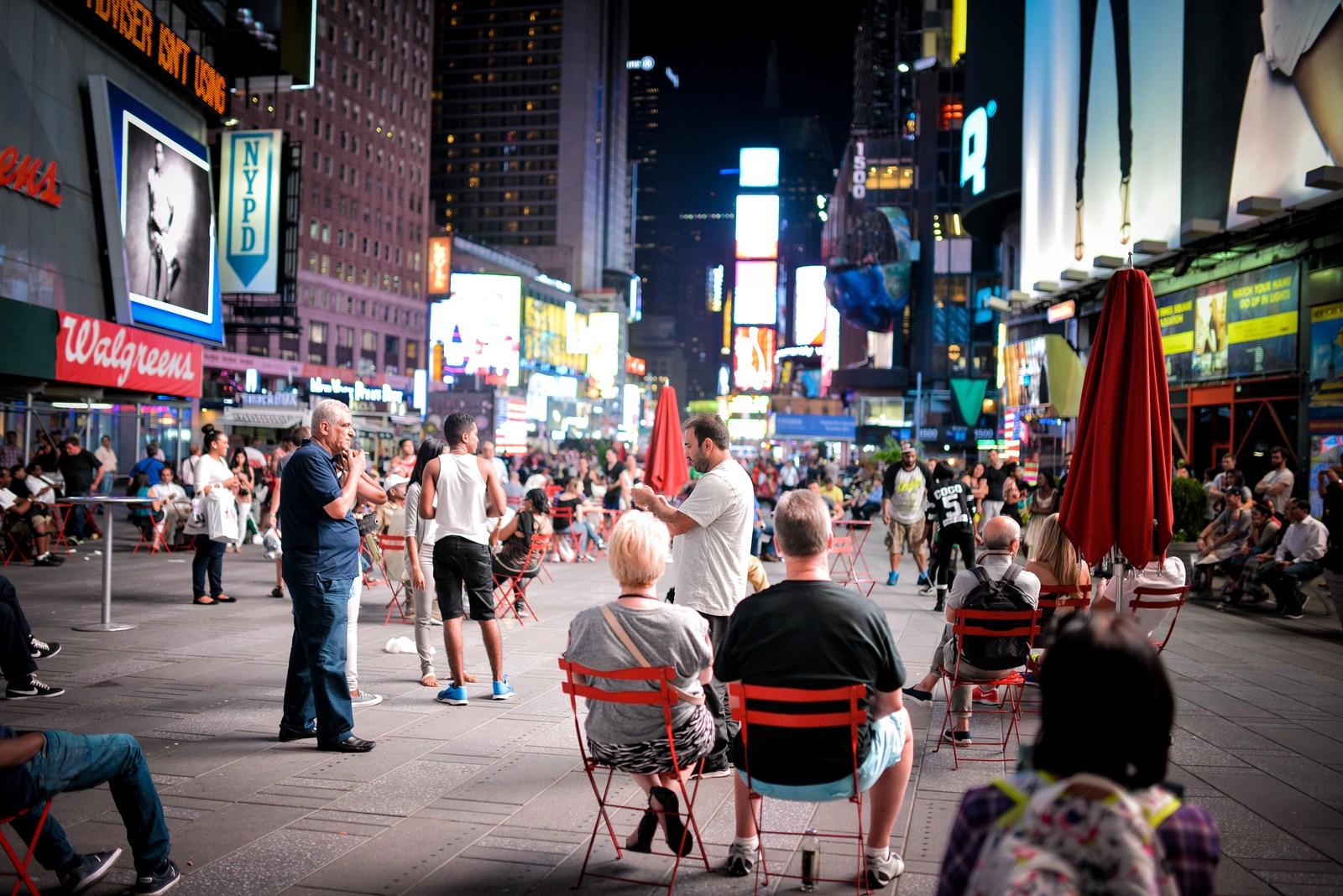 Touristes en terrasse sur Times Square Manhattan