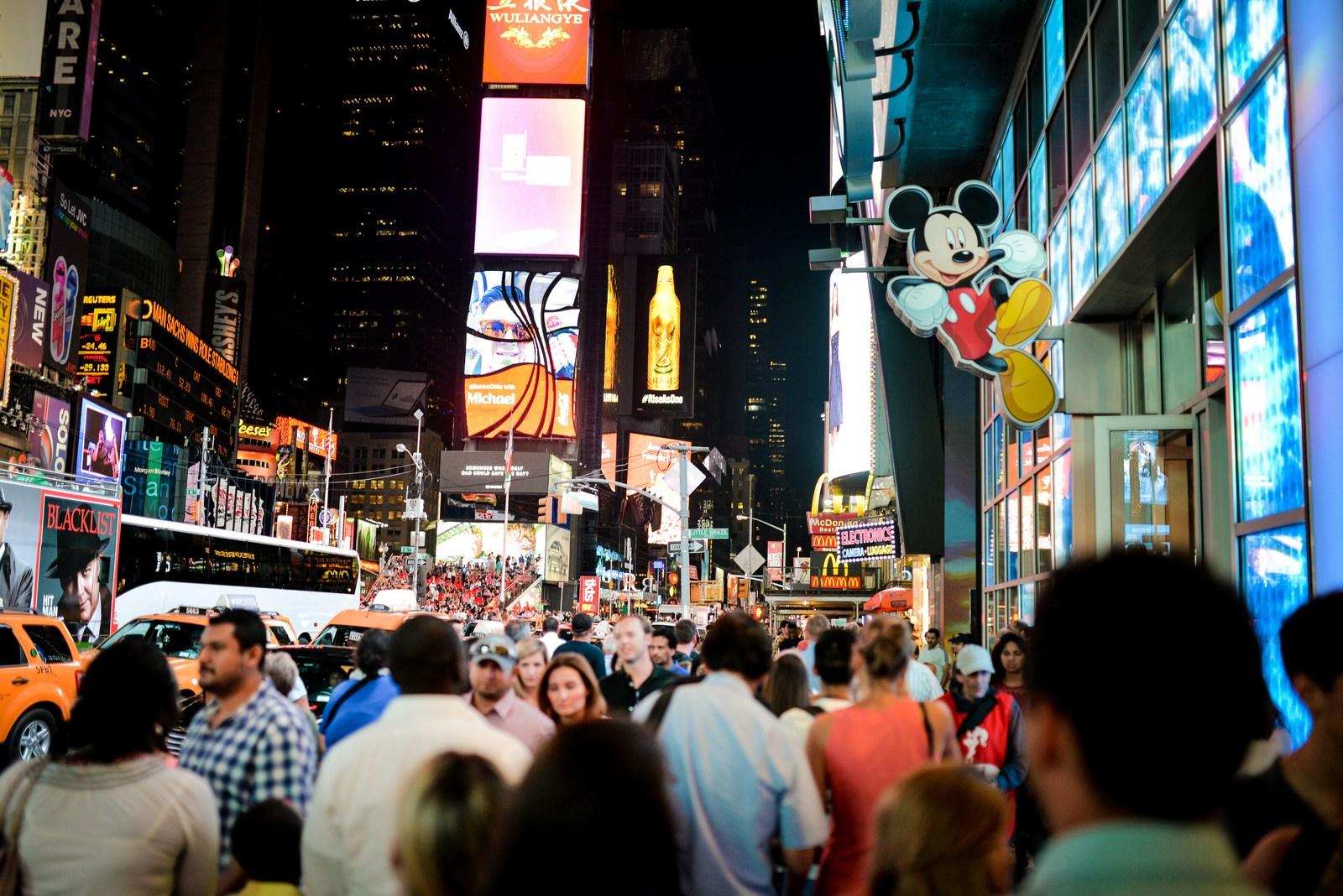Disney Store et foule sur Times Square Manhattan