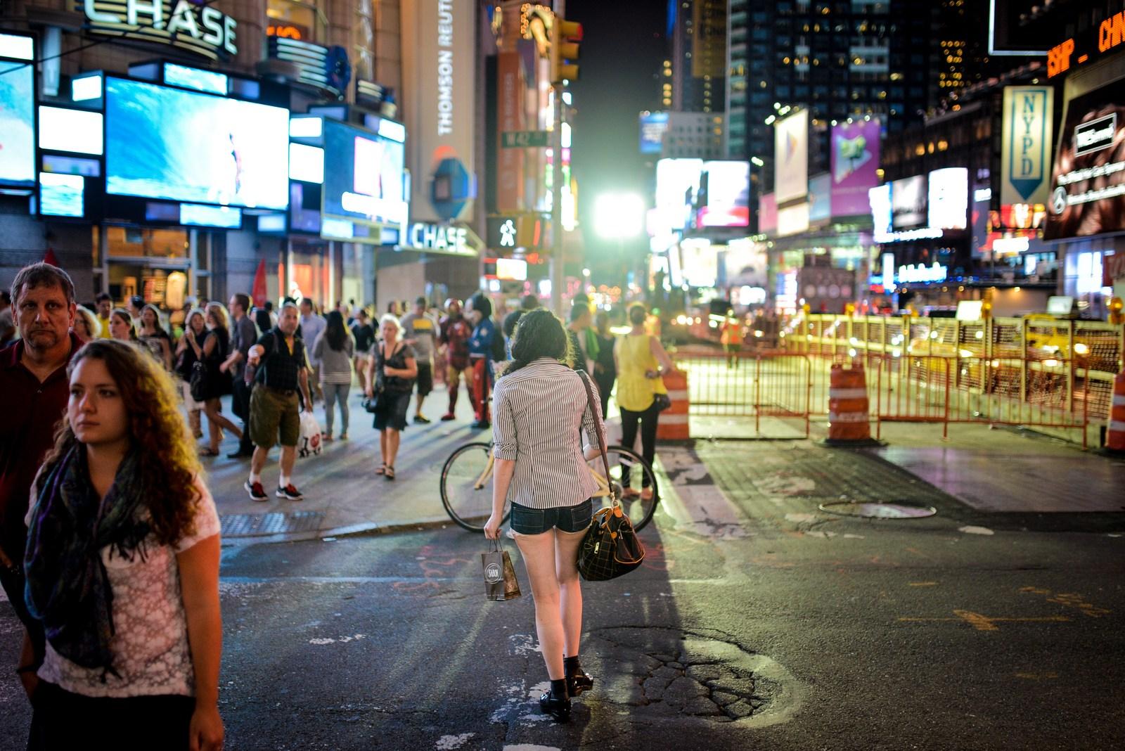 Jeune femme se dirigeant vers Times Square Manhattan