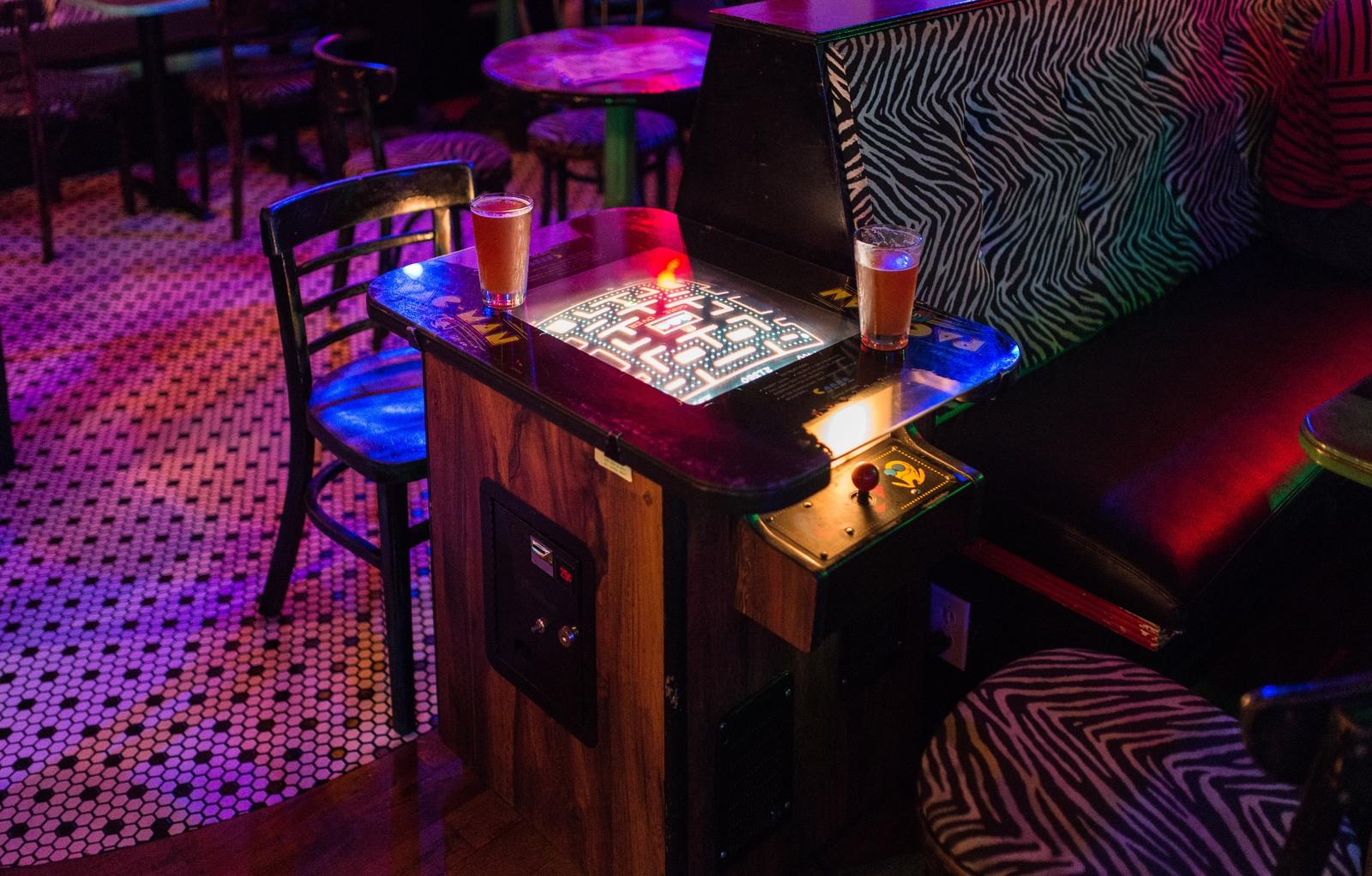A l'intérieur du Unicorn Bar, Pacman table 1118 East Pike Street