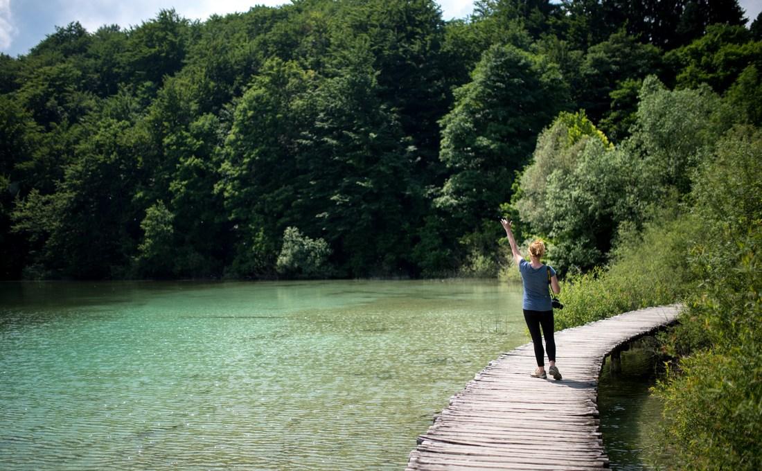 Au bord du lac elle montre son cul - 3 5
