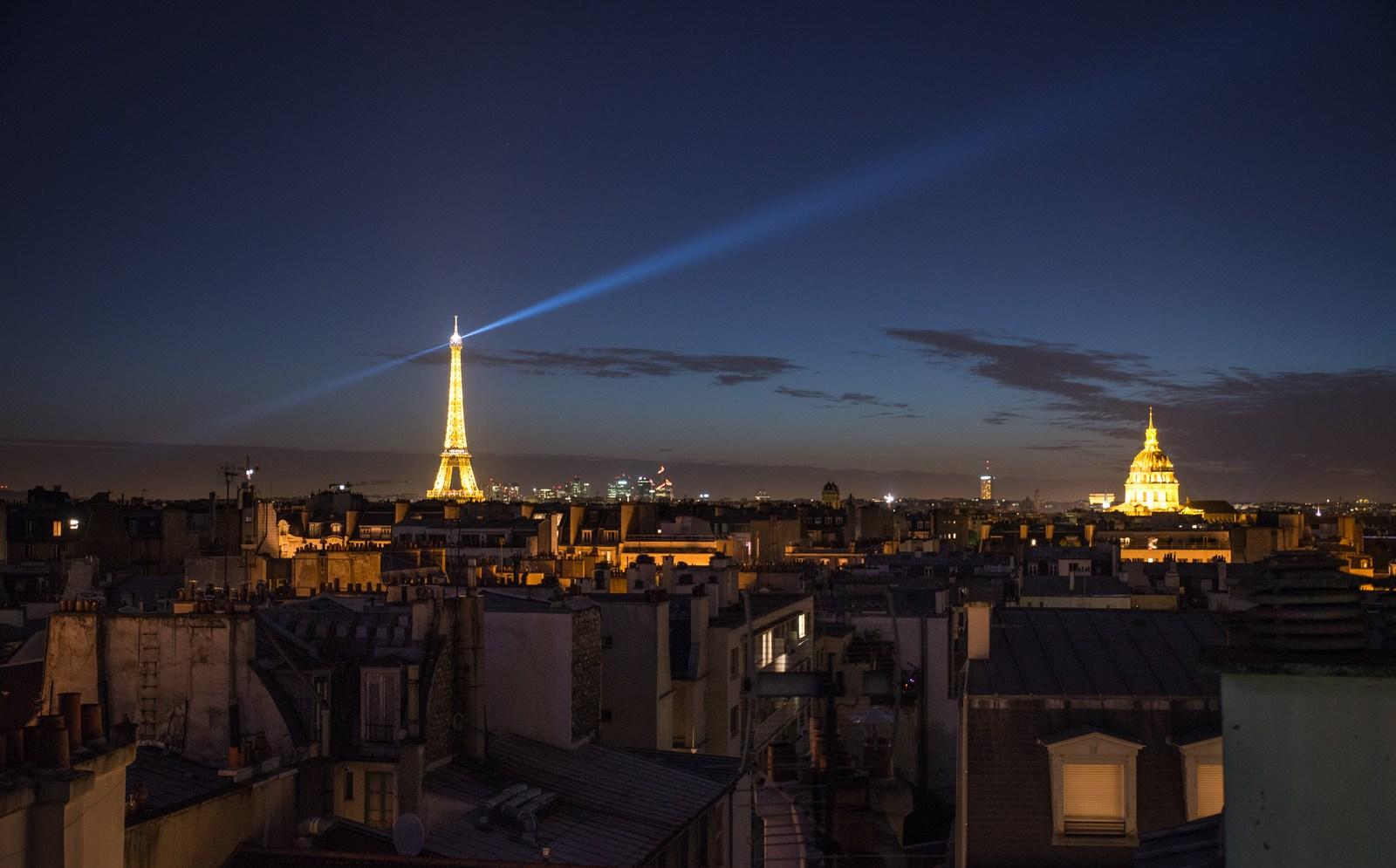 La Tour Eiffel De Nuit Divers