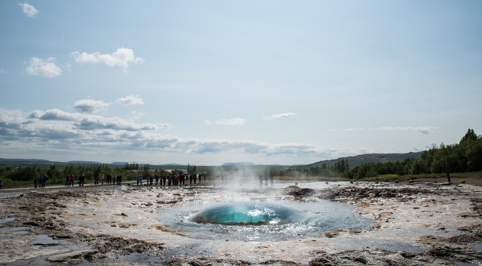 Début d'éruption de Strokkur à Geysir Geysir