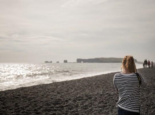 Sur la plage de sable noir d islande