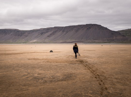 Manue sur la plage de sable rouge