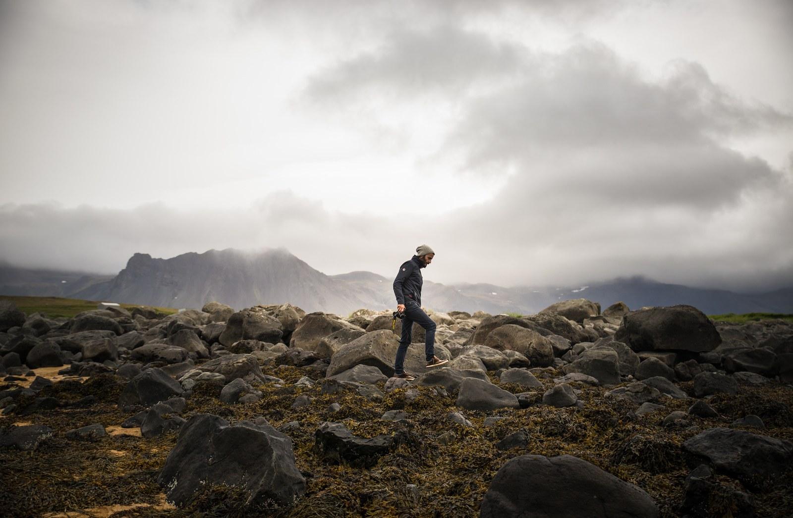 Crapahuter sur les rochers Ytri Tunga