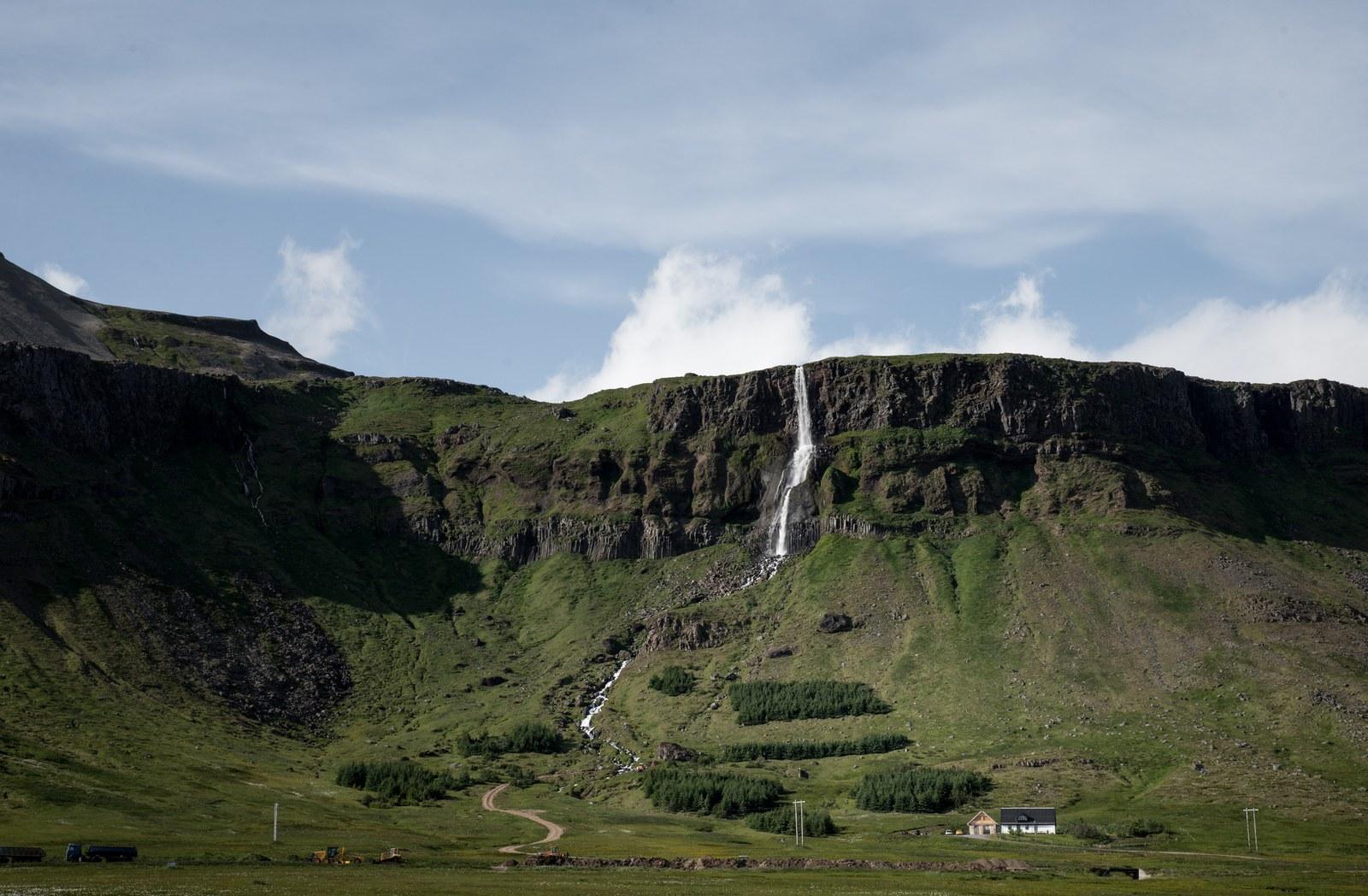 Maison au pied d 39 une cascade snaefellsnes en islande for Maison cascade