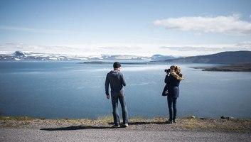 Vincent et manue devant les fjords islandais