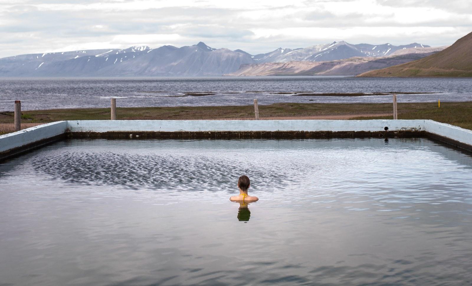 piscine de reykjafj r ur fjords du nord ouest en islande. Black Bedroom Furniture Sets. Home Design Ideas
