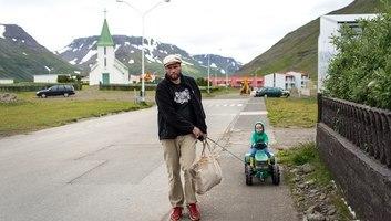 Scene de vie dans un petit village islandais
