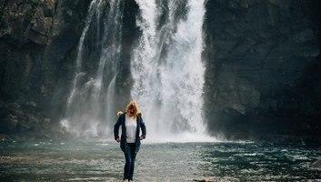 Manue au pied de la cascade de bildudalsvegur