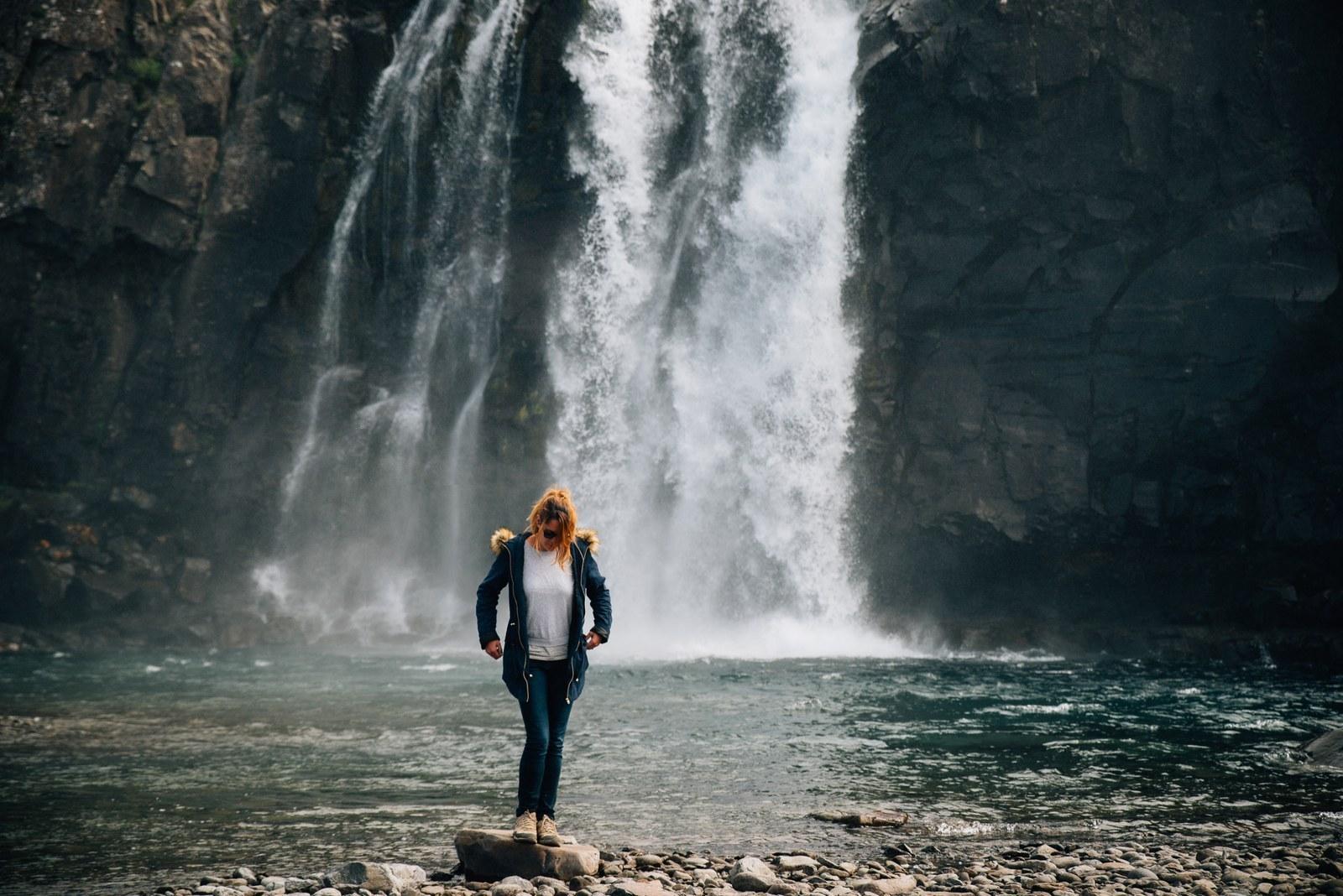 Manue, au pied de la cascade de Bíldudalsvegur Bildudalur