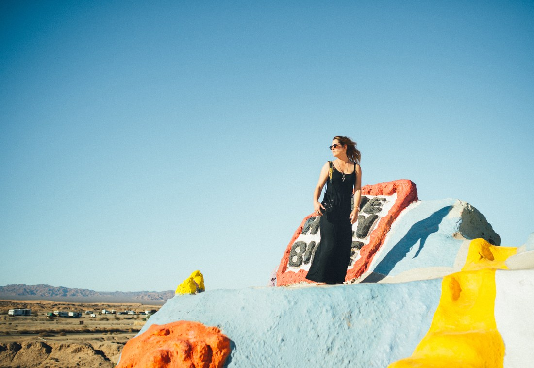 Manue en haut de Salvation Mountain