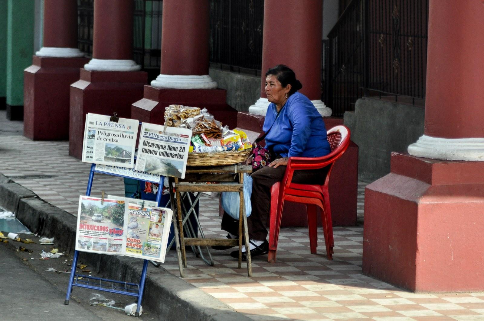 Vendeuse de journaux, Granada Granada