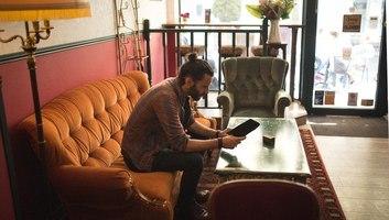 Seb au social perk sur le fameux canape