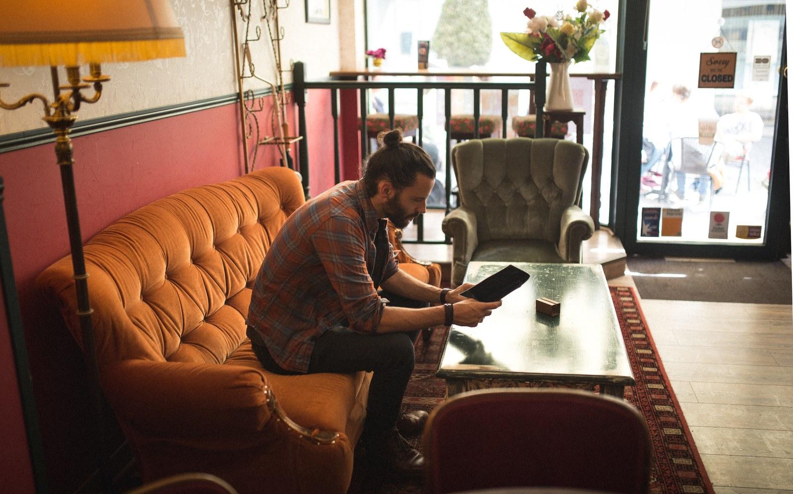 Seb au Social Perk sur le fameux canapé Rouen