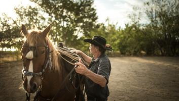 Manou qui prepare son cheval