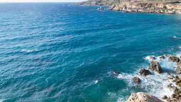 L eau agitee de la mer a malte