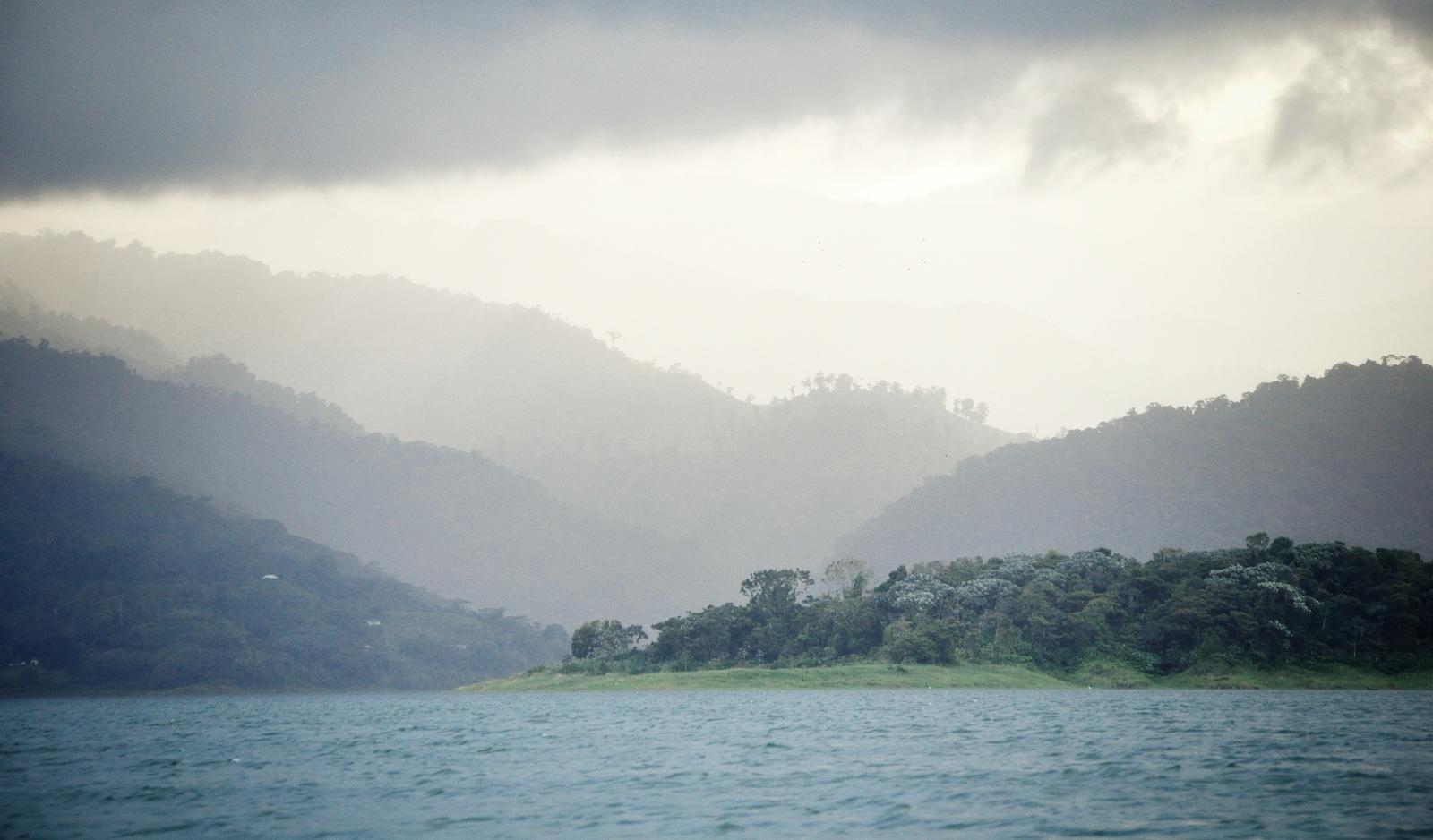 Dégradé de gris au dessus du Lac Arenal Costa Rica Lac Arenal