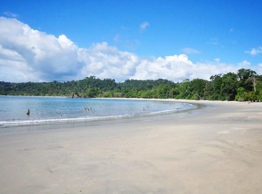 Plage de sable blanc parc manuel antonio au costa rica